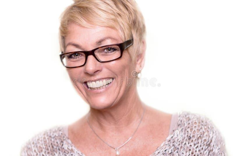 Bärande exponeringsglas för lycklig attraktiv blond kvinna arkivbilder