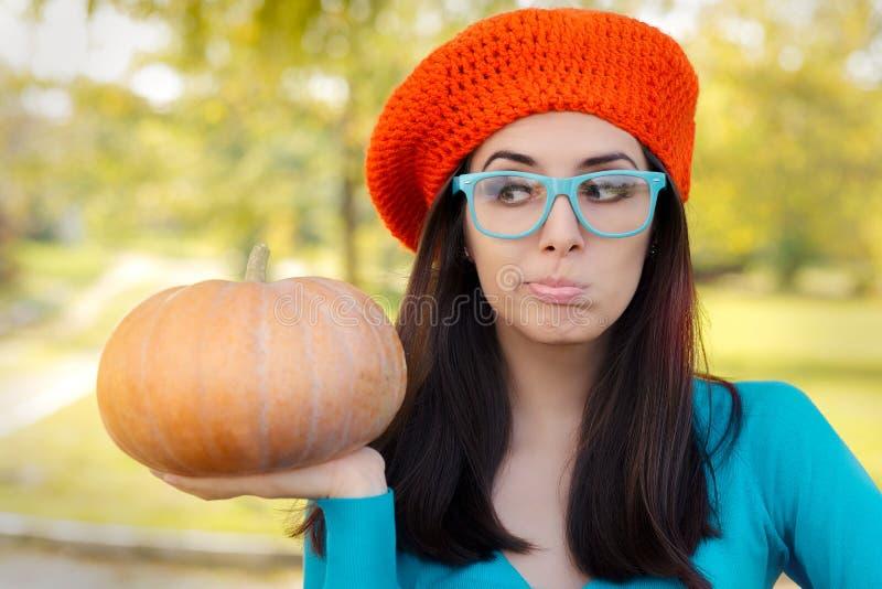 Bärande exponeringsglas för rolig kvinna som rymmer pumpa royaltyfri fotografi