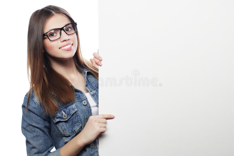 Bärande exponeringsglas för ursnygg kvinna som pekar på ett bräde medan standin royaltyfri foto