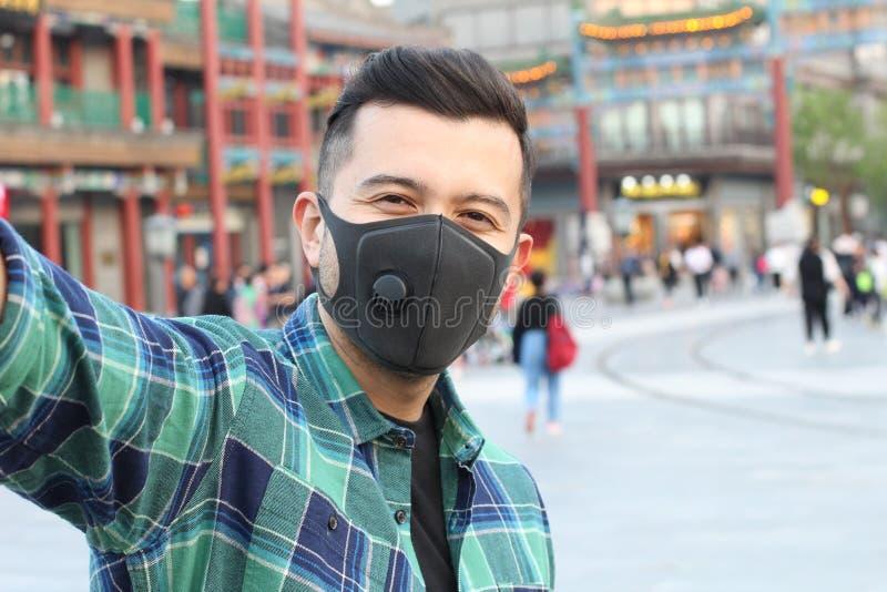 Bärande föroreningmaskering för man som tar en selfie royaltyfria foton