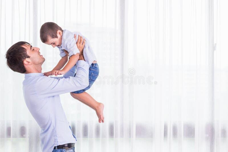 bärande fader hans son Goda hälsor behandla som ett barn att le på skuldra av royaltyfria foton