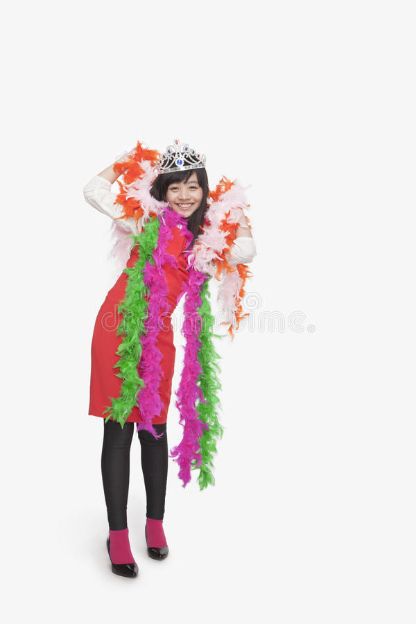 Bärande fjäderboas för flicka och tiara, studioskott royaltyfri foto