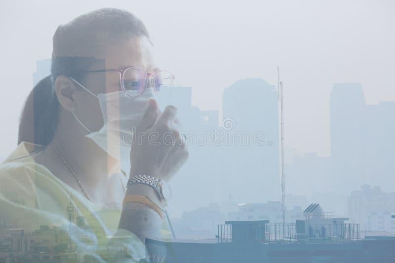 Bärande framsidamaskering för kvinna på grund av luftförorening i Bangkok arkivfoton