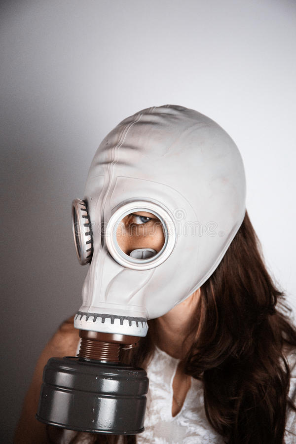 Bärande gasmask för kvinna arkivbild