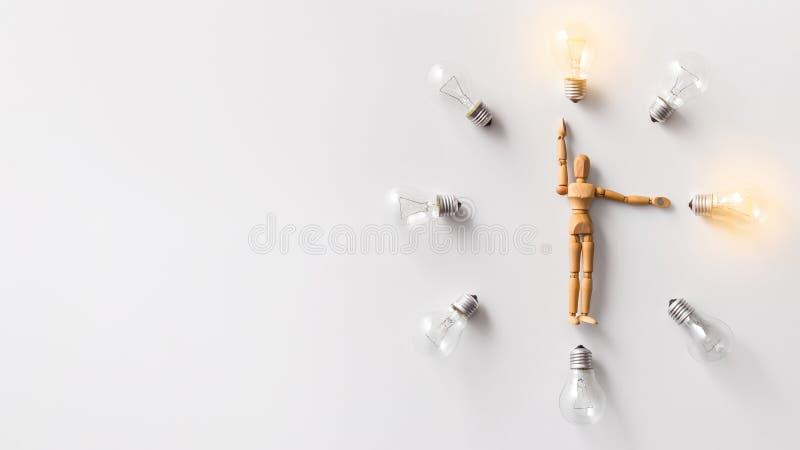 Bärande glödande ljusa kulor för träskyltdocka på vit royaltyfria foton