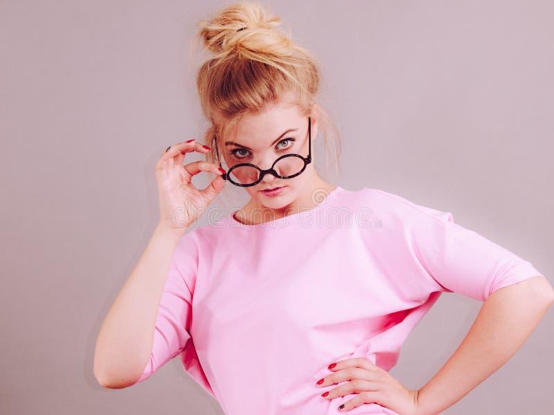 Bärande glasögon för elegant kvinna royaltyfri fotografi