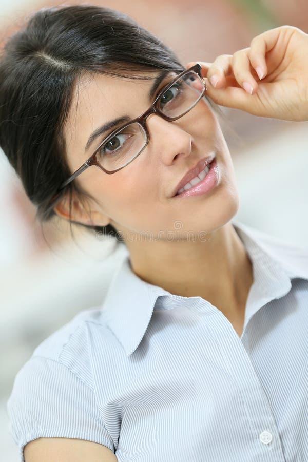 Bärande glasögon för elegant smart kvinna royaltyfri foto
