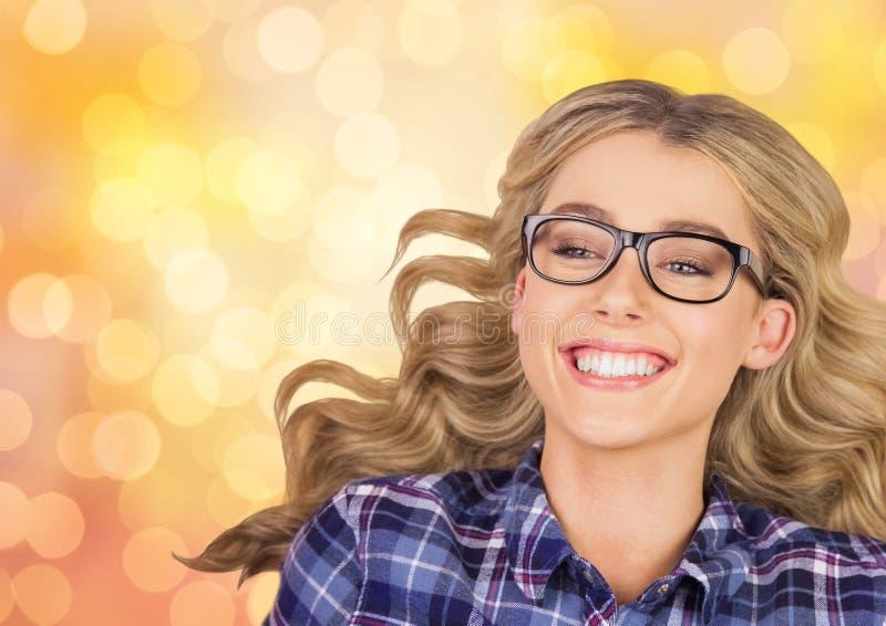 Bärande glasögon för gladlynt kvinna över bokeh royaltyfria bilder