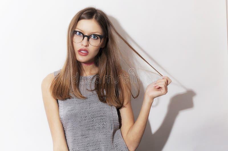 Bärande glasögon för härlig förvånad ung flicka arkivbilder