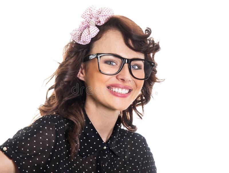 Bärande glasögon för lycklig leendekvinna royaltyfria bilder