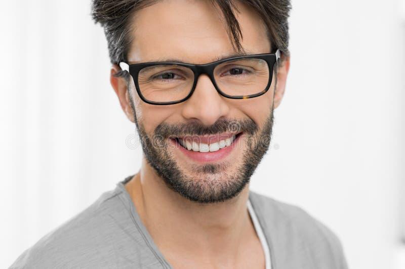 Bärande glasögon för lycklig man royaltyfri fotografi