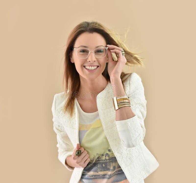 Bärande glasögon för moderiktig kvinna fotografering för bildbyråer