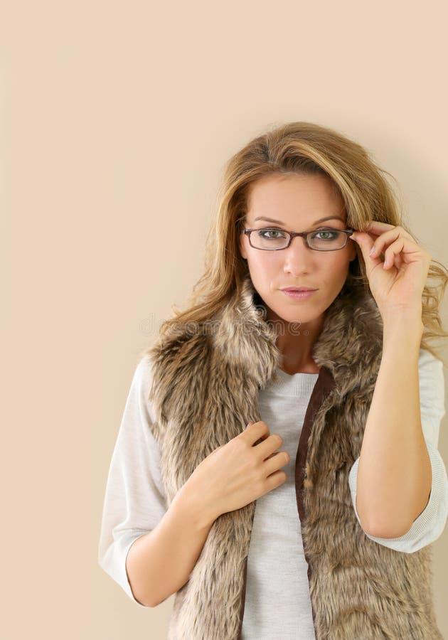 Bärande glasögon för moderiktig mogen kvinna arkivbild