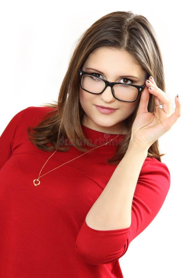 Bärande glasögon för nätt modell för unga kvinnor arkivbild