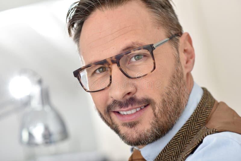 Bärande glasögon för stilig affärsman royaltyfria bilder