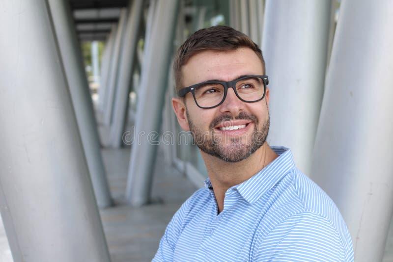 Bärande glasögon för stilig affärsman som bort ser royaltyfri foto