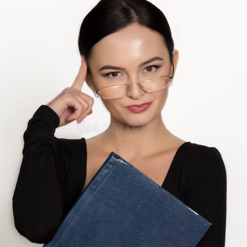 Bärande glasögon för ung härlig asiatisk affärskvinna med mappen för legitimationshandlingar fotografering för bildbyråer