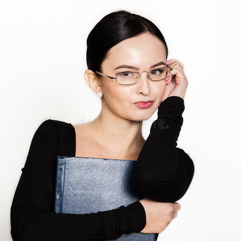 Bärande glasögon för ung härlig asiatisk affärskvinna med mappen för legitimationshandlingar arkivfoto