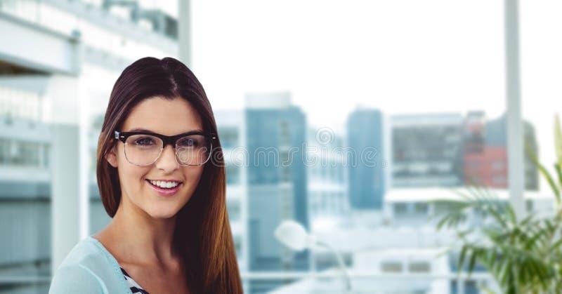 Bärande glasögon för ung kvinna i regeringsställning royaltyfri bild