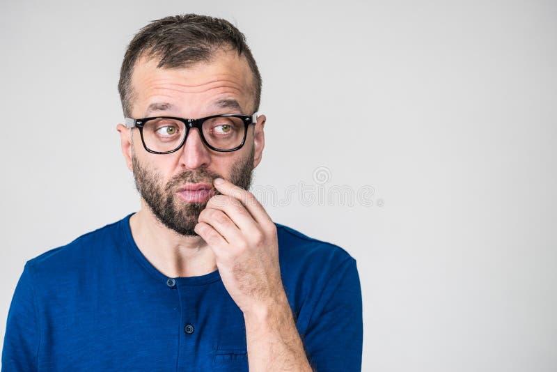Bärande glasögon för vuxen klyftig grabb och blå skjorta som har att tänka royaltyfri fotografi