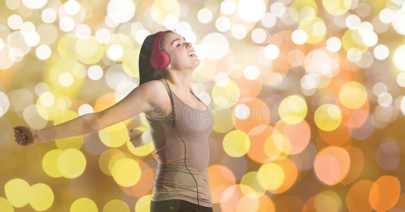 Bärande hörlurar för kvinnlig musikkonstnär över bokeh royaltyfria foton