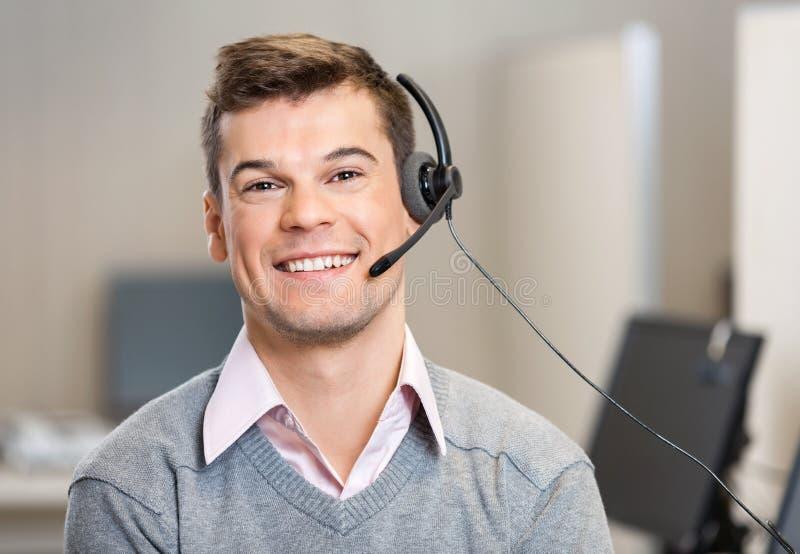 Bärande hörlurar med mikrofon för kundtjänstrepresentant royaltyfri foto