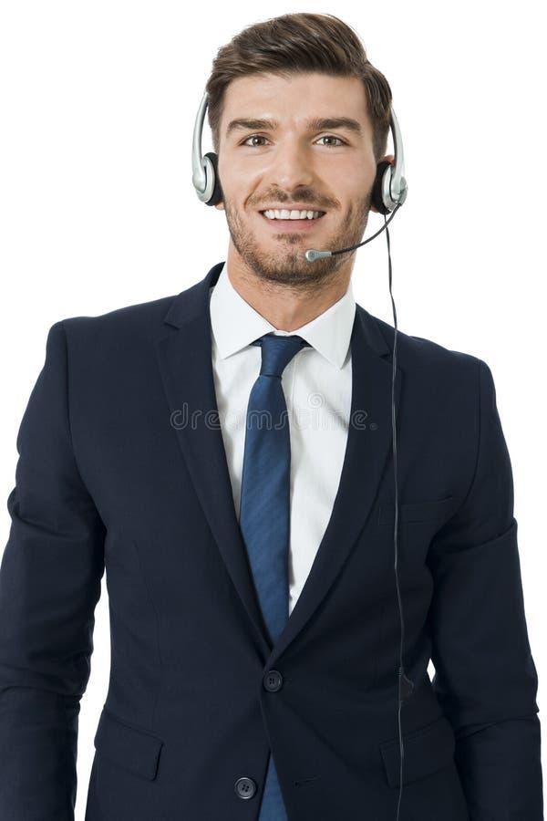 Bärande hörlurar med mikrofon för man med stereo- hörlurar fotografering för bildbyråer