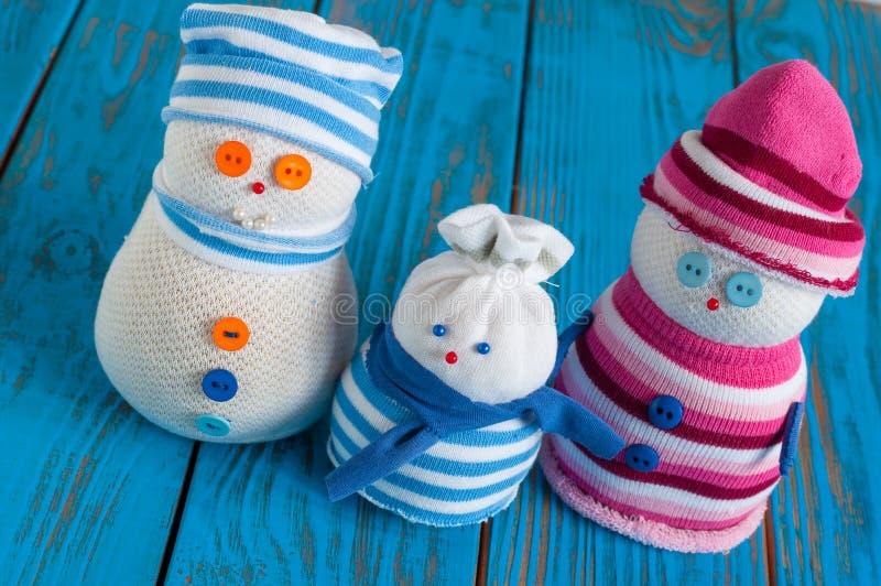 Bärande halsduk för handgjord snögubbefamilj och stuckit royaltyfria bilder