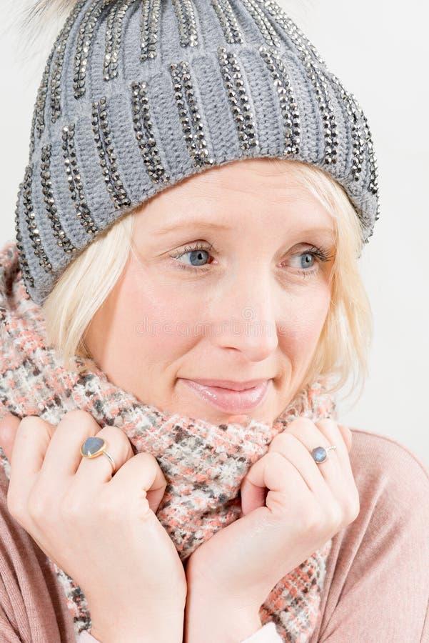 Bärande halsduk för kvinna och vinterhatt som bort ser fotografering för bildbyråer
