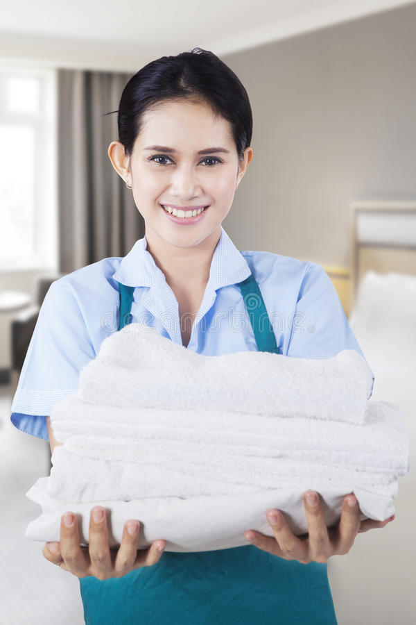 Bärande handdukar för härlig hembiträde royaltyfria bilder