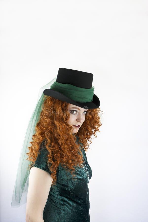 Bärande hatt för irländsk kvinna royaltyfri bild