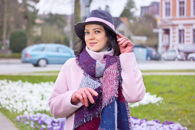 Bärande hatt för kvinna i stadsgatan royaltyfri bild