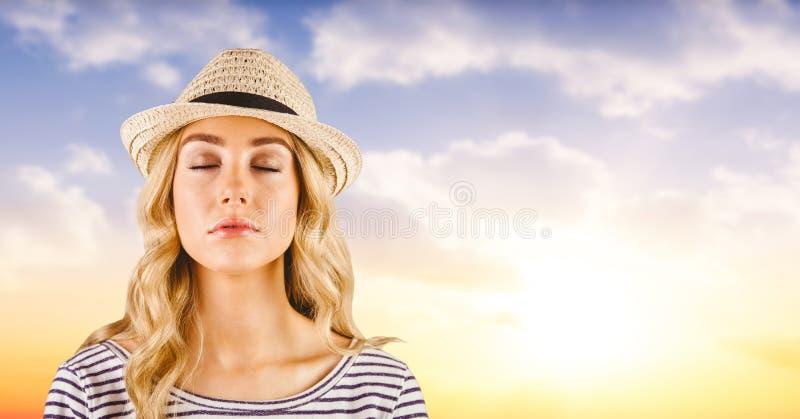 Bärande hatt för kvinna med soluppgång fotografering för bildbyråer