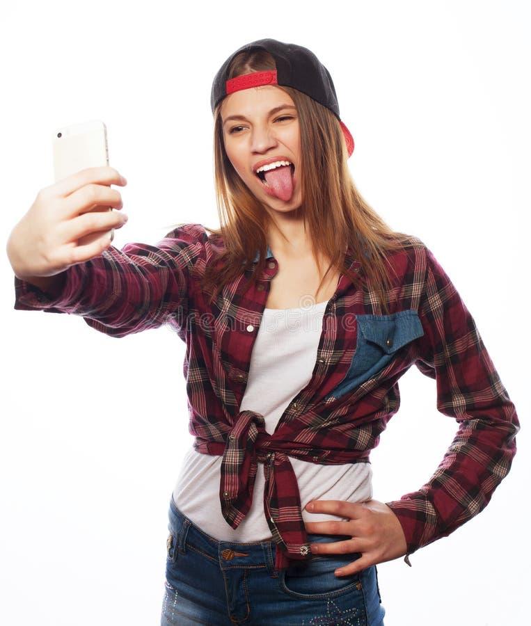 Bärande hatt för nätt tonårig flicka som tar selfies arkivbilder