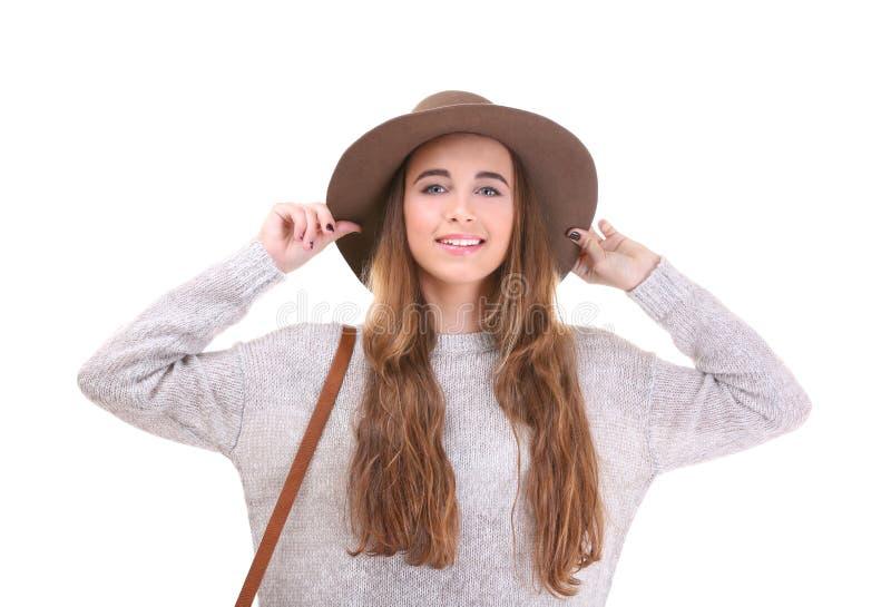 Bärande hatt för nätt tonåringflicka arkivfoton