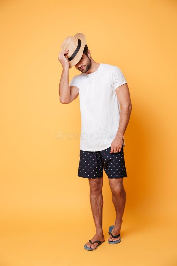 Bärande hattanseende för ung man arkivfoto