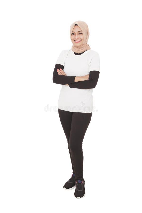 Bärande hijab för asiatisk sportig kvinna med armcrossed royaltyfri bild