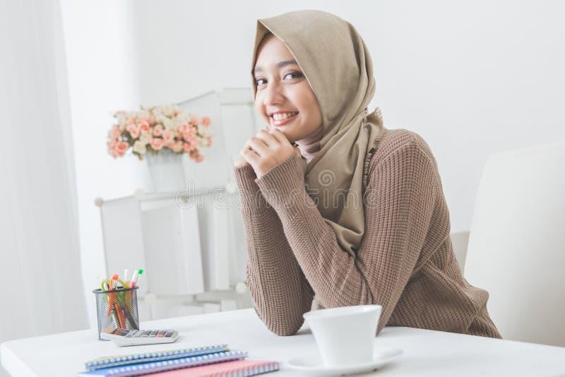 Bärande hijab för nätt asiatisk kvinna arkivbild