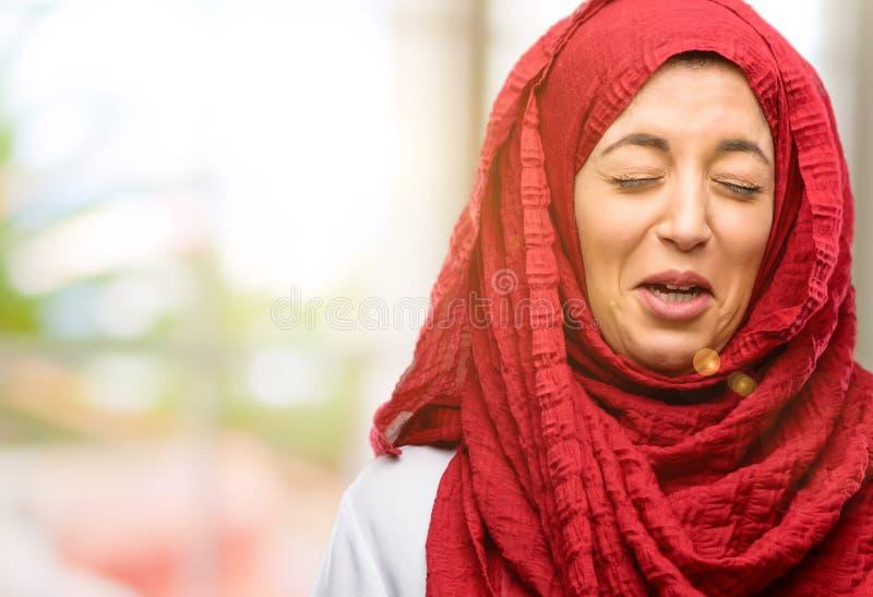 Bärande hijab för ung arabisk kvinna som isoleras över naturlig bakgrund arkivbilder