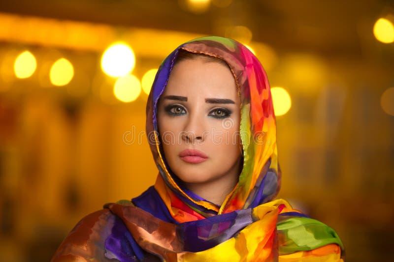 Bärande hijab för ung flicka mot bokehljus royaltyfria bilder