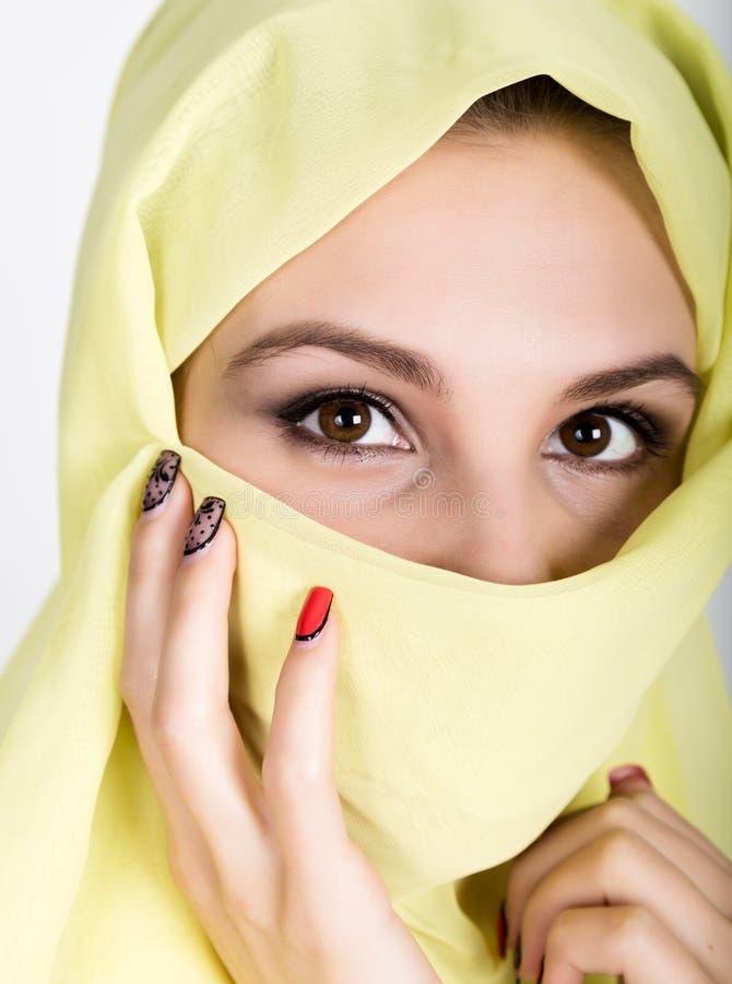Bärande hijab för ung härlig kvinna, stilfull kvinnlig stående royaltyfri bild