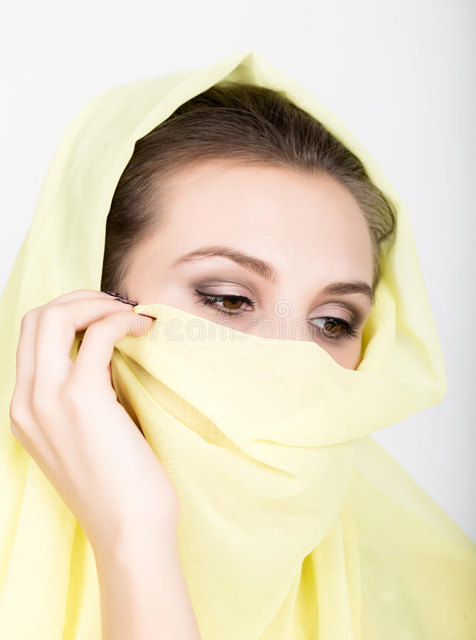 Bärande hijab för ung härlig kvinna, stilfull kvinnlig stående arkivfoton