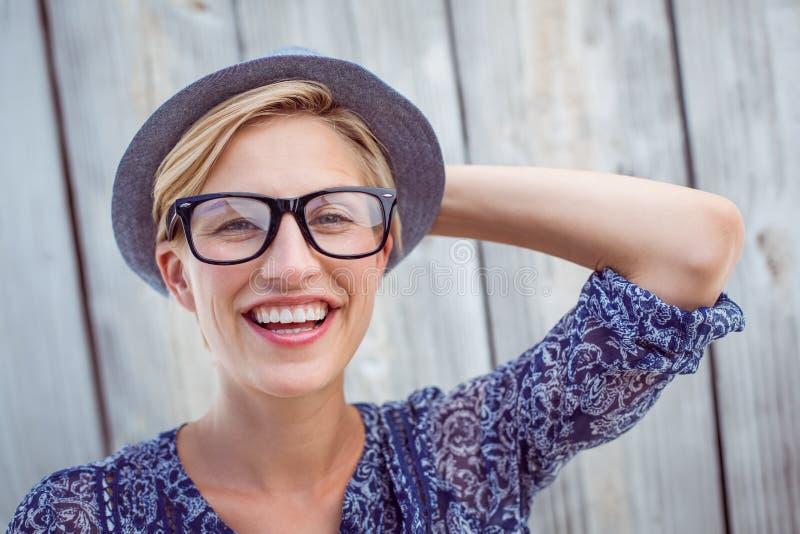 Bärande hipsterexponeringsglas för nätt blond kvinna royaltyfri foto