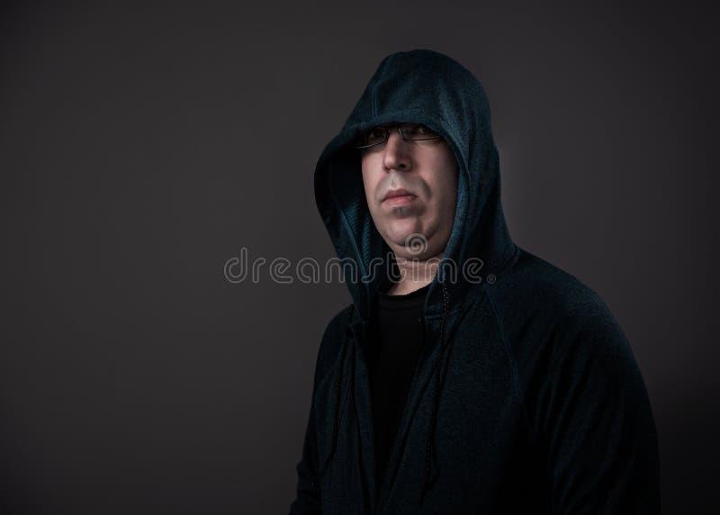 Bärande Hoodie för man som skjutas med dramatisk belysning royaltyfria foton
