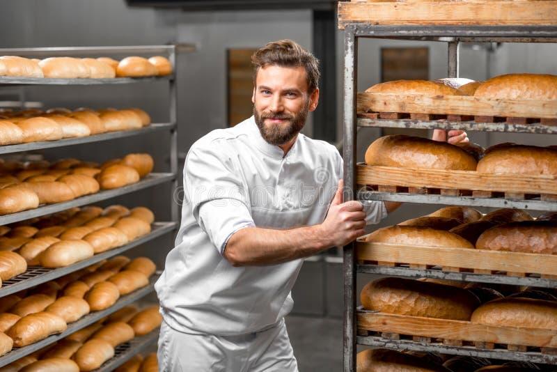 Bärande hyllor för arbetare med bröd arkivfoto