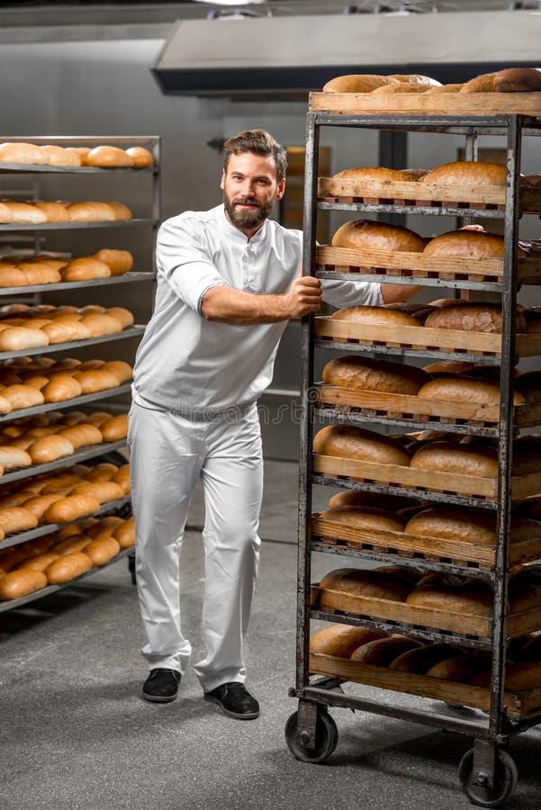 Bärande hyllor för arbetare med bröd arkivbilder