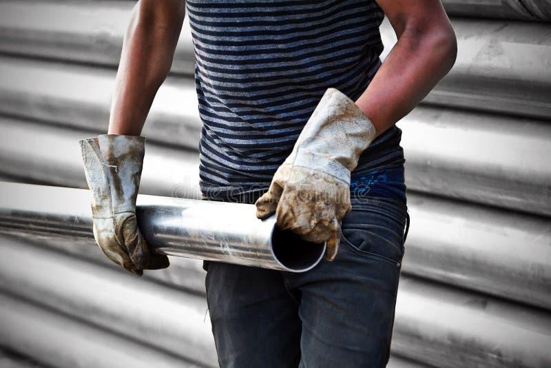 Bärande järnrör för byggnadsarbetare royaltyfria foton