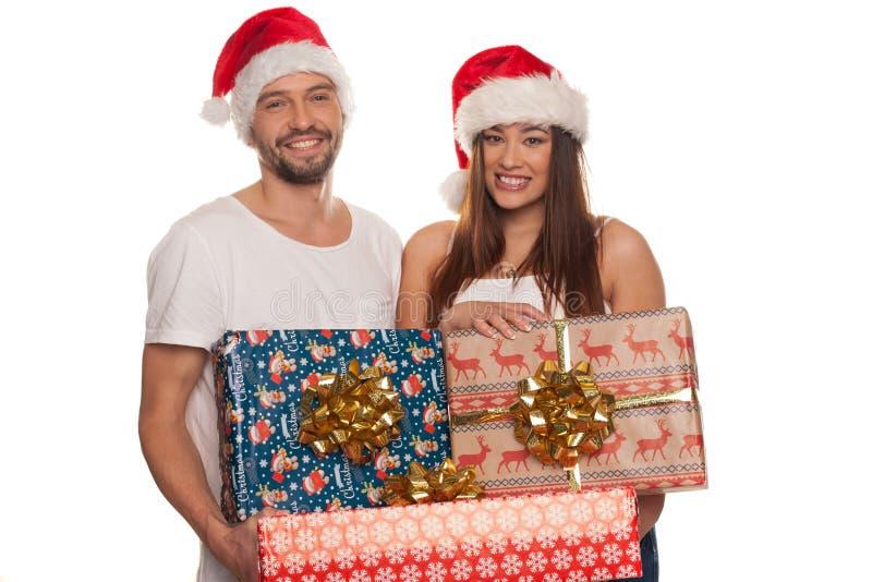Bärande julgåvor för lyckliga par royaltyfria foton