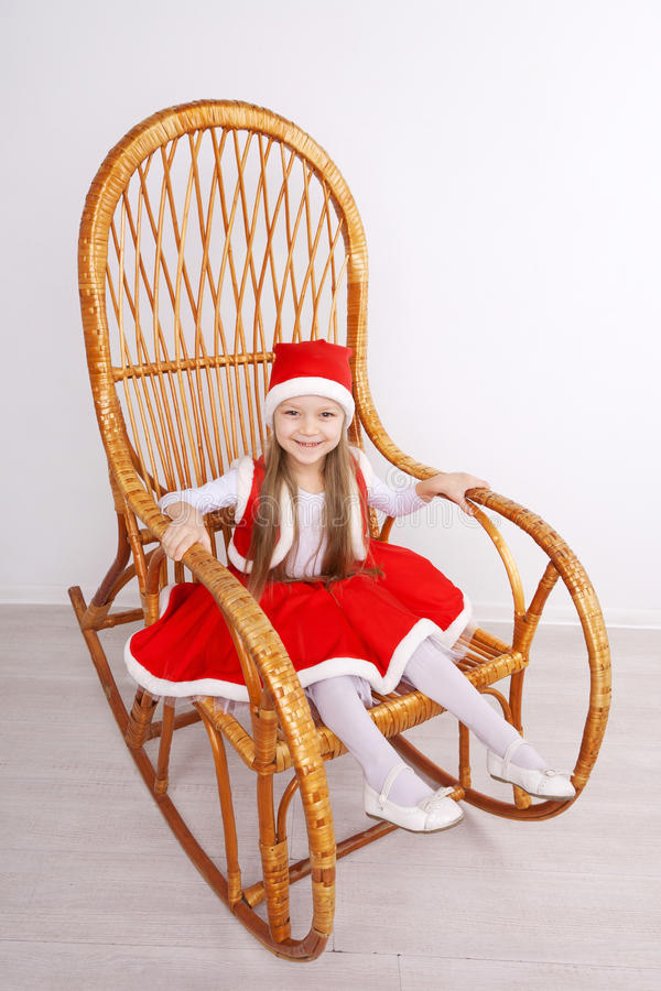 Bärande julklänning för nätt liten flicka arkivbilder