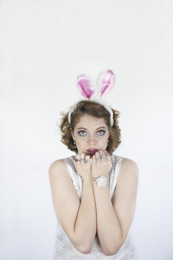 Bärande kaninöron för kvinna fotografering för bildbyråer